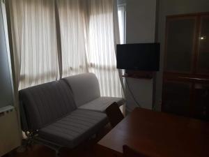 Una televisión o centro de entretenimiento en Apartamentos Zona Media