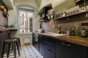 A kitchen or kitchenette at Old Town square appartment