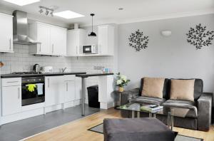 A kitchen or kitchenette at Lamington Apartments, Hammersmith