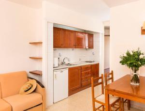 Una cocina o zona de cocina en Aparthotel Guitart Central Park