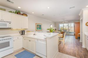A kitchen or kitchenette at Windward Poing # 107