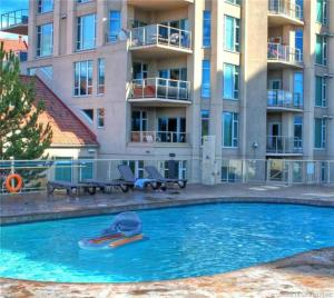 Piscina en o cerca de Sunset Waterfront Resort by kelownacondorentals