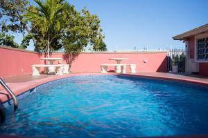 Der Swimmingpool an oder in der Nähe von Cocoplum Rest N Hideaway #2