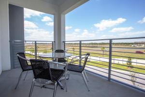 A balcony or terrace at Luxurious 2 Bedroom Apartment Close to Disney 303