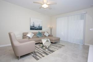 A seating area at Stunning 2 Bedroom Apartment with AquaPark 304