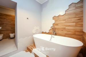 A bathroom at Very Berry - Podgorna 1c - Old City Apartments, check in 24h