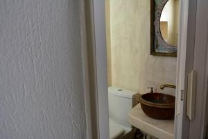 A bathroom at Studios Bourgos