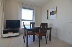 Televízia a/alebo spoločenská miestnosť v ubytovaní Apartamentos Entremares