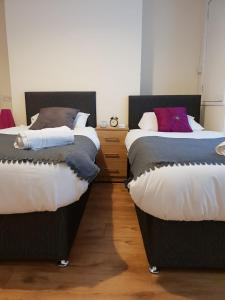 A bed or beds in a room at Gateshead Central Apartment