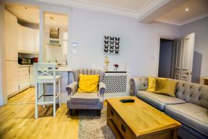 Ein Sitzbereich in der Unterkunft Luxury 2 Bedroom 2 Bath Apartment in Kensington Earls Court