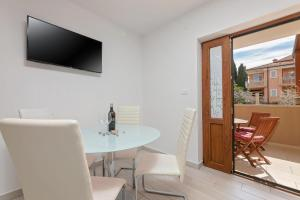 A television and/or entertainment centre at Apartments Paulino