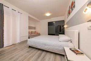 A bed or beds in a room at Apartments Paulino