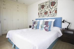 A bed or beds in a room at Villa Long Beach