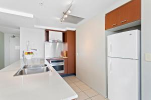 A kitchen or kitchenette at Beach Stay - Ocean & Riverview resort Chevron Renaissance central Surfers Paradise