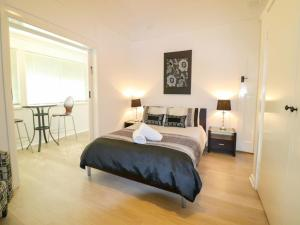 A bed or beds in a room at Waterside Retreat