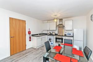 A kitchen or kitchenette at Racecourse serviced apartments
