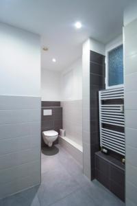 Kamar mandi di Modern Apartment Revolucni