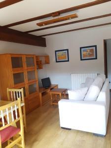 A seating area at Apartamentos LLave de Santillana