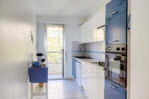 A kitchen or kitchenette at Confortable 3 pieces avec superbe vue mer