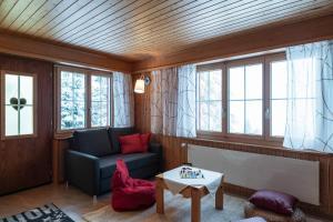 Ein Sitzbereich in der Unterkunft Ferienwohnung Sunnehöckli
