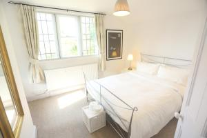 Cama ou camas em um quarto em Entire Victorian Lodge in a privately gated estate with secure parking for two cars and a newly refurbished kitchen.