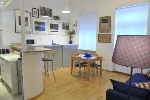 Kuchyňa alebo kuchynka v ubytovaní Art Gallery Dalmatinska