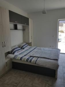 A bed or beds in a room at Turo Njeguši Apartman