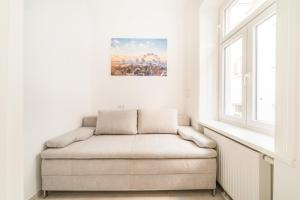 A bed or beds in a room at Herzlich Willkommen - Küss die Hand 2