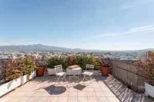 Ein Balkon oder eine Terrasse in der Unterkunft Quiet Loft with Panoramic View on Athens