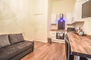 A kitchen or kitchenette at Stupendous City Centre Flat Close to Princess Street.