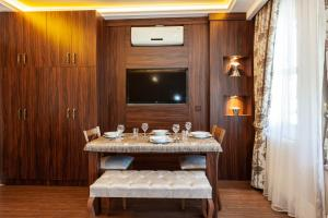 A television and/or entertainment centre at Rose Mansion by Otantik Suites