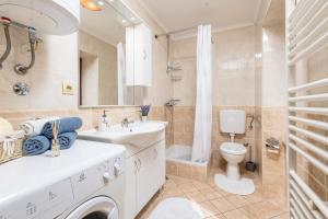 A bathroom at Kameni raj