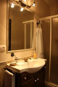 A bathroom at CASA RURAL LA IBIENZA