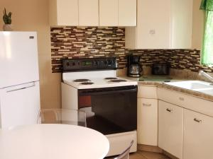 A kitchen or kitchenette at Red Rock Motel