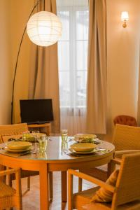 A restaurant or other place to eat at Kazimierz Luxury Apartment