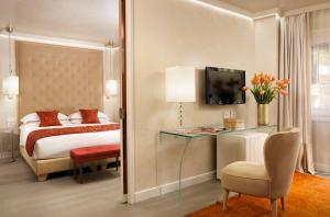 A bed or beds in a room at Ponte Vecchio Suites & Spa