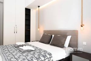 A bed or beds in a room at 142m² Bright Alimos Apartment with Marina View