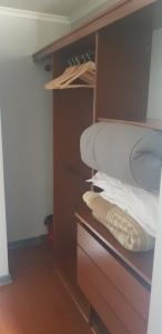 Cama o camas de una habitación en DEPTO EXCELENTE UBICACION Metro, Barrio Paris Londres-CENTRO SANTIAGO