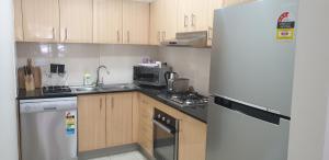 Кухня или кухненски бокс в Liv Arena Apartments Darling Harbour