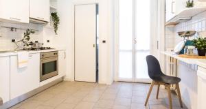 A kitchen or kitchenette at Hintown Amendola Fiera Apartment