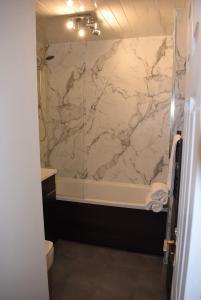 A bathroom at Kelpies Serviced Apartments - Cameron