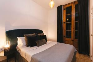 A bed or beds in a room at L'Escudellers by The Streets