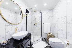 A bathroom at Apartament Golden Place 2