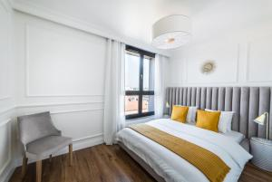 A bed or beds in a room at Apartament Golden Place 2