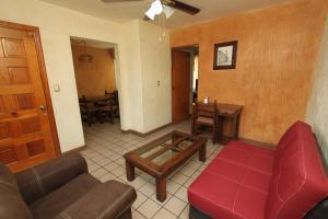 A seating area at Suites Parador Santo Domingo de G.