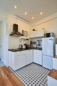 A kitchen or kitchenette at Rider's Spot Apartment