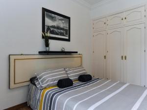 سرير أو أسرّة في غرفة في Apartamento Centro Madrid Sol Plaza de Ópera