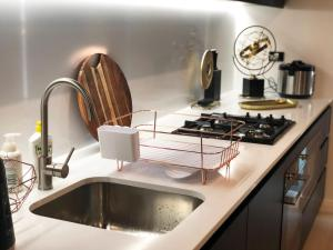 A kitchen or kitchenette at Redfern Apt With Great City View