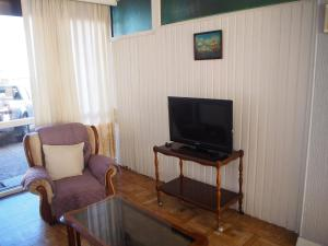 A television and/or entertainment centre at Villa Adosada Montesol