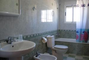 A bathroom at Apartamentos Bellavista